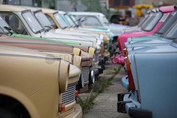 Berlin  Deutschland  Trabanten abgestellt auf einem Parkplatz in der Wilhelmstrasse in Berlin-Mitte
