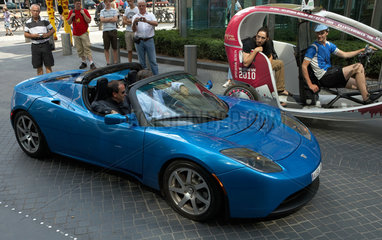 Berlin  Deutschland  Passanten bestaunen einen Tesla Roadster