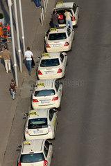Berlin  Deutschland  Taxis warten vor dem Berliner Hauptbahnhof