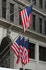 New York City  USA  Nationalfahnen der USA haengen an einer Hausfassade