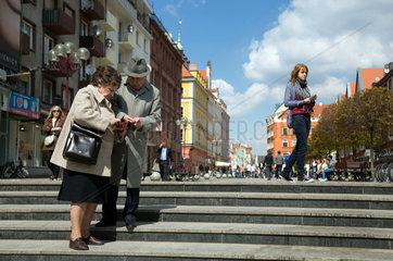 Breslau  Polen  aelteres Paar auf einer Treppe