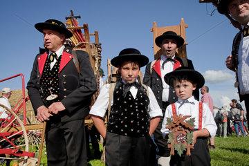 Sankt Maergen  Deutschland  schwarzwaelder Uhrenverkaeufer auf dem Rossfest