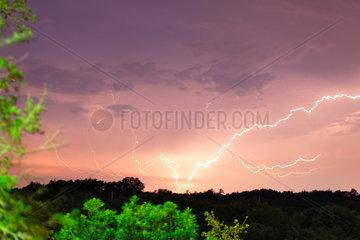 Rezanci  Kroatien  ein Gewitter mit Blitzen ueber Rezanci