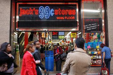 New York City  USA  Eingang eines 99 Cent-Geschaefts