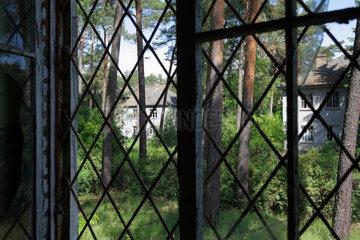 Gross Doelln  Deutschland  vergittertes Fenster auf dem Gelaende des Flugplatz Templin