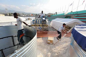 Carrefour  Haiti  Helfer bauen Wassertanks fuer die Trinkwasserversorgung