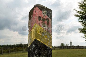 Rasdorf  Deutschland  Grenzpfahl auf dem Gelaende der Gedenkstaette Point Alpha