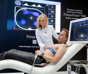 Duesseldorf  Deutschland  Elektrische Impedanz-Tomografie auf der Messe Medica