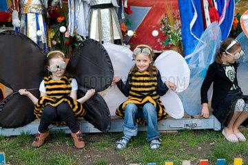 Riedlingen  Deutschland  3 Maedchen im bei einer Theateraufuehrung