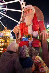 Berlin  Deutschland  Frauen mit Kopftuch auf einem Weihnachtsmarkt