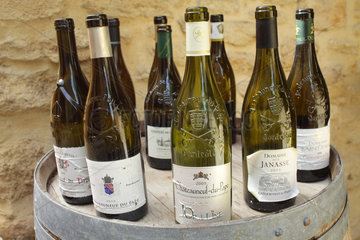 Chateauneuf-du-Pape  Frankreich  leere Weinflaschen aus dem Weinanbaugebiet Chateauneuf-du-Pape