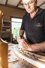 Holzschnitzer bei der Arbeit