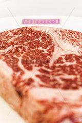 Frisches Rindfleisch wird zum Grillen vorbereitet