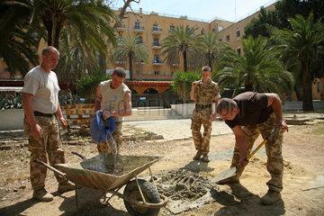 Nikosia  Zypern  britische UN-Soldaten bei Ausbesserungsarbeiten