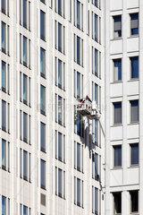 Berlin  Deutschland  Arbeiter in einem Fassadenaufzug am Beisheim-Center