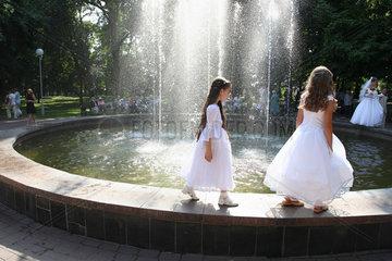 Gomel  Weissrussland  Brautjungfern und Hochzeitspaar am Springbrunnen