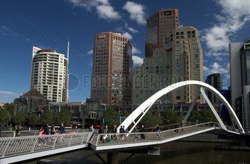 Melbourne  Australien  Fussgaengerbruecke ueber den Yarra River hinweg