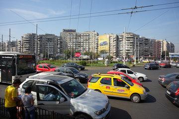 Bukarest  Rumaenien  Strassenszene auf einer Kreuzung am Piata Obor