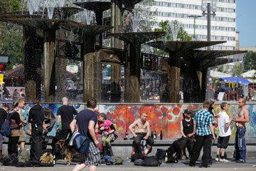 Berlin  Deutschland  Jugendliche am Brunnen der Voelkerfreundschaft am Alexanderplatz