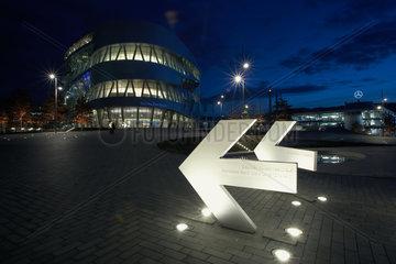 Stuttgart  Deutschland  beleuchtete Richtungspfeile vor dem Mercedes-Benz Museum
