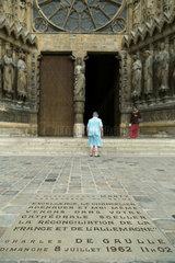 Reims  Frankreich  Gedenkstein vor der Kathedrale Notre-Dame von Reims