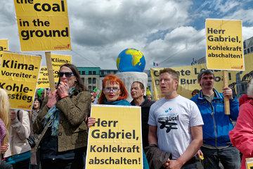 Berlin  Deutschland  Demo vor Petersberger Klimadialog