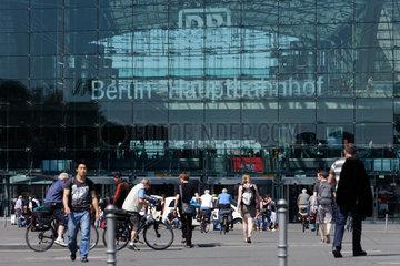 Berlin  Deutschland  Passanten auf dem Europaplatz vor dem Berliner Hauptbahnhof