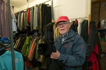 Bremen  Deutschland  Spender bringt Kleidungsstuecke zur Inneren Mission