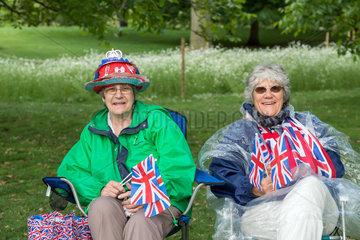 London  Grossbritannien  Frauen mit der Union Flag im St. James's Park