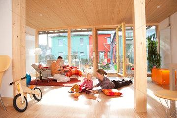 Freiburg  Deutschland  eine Familie in ihrem Wohnzimmer eines Nullenergiehauses