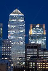 London  Grossbritannien  der Canary Wharf Tower und das Gebaeude der Citi Bank