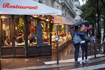 Paris  Frankreich  verliebtes Paar bei Regen in den Strassen von Paris
