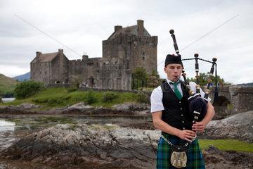 Dornie  Grossbritannien  Dudelsackspieler vor dem Eilean Donan Castle am Loch Duich