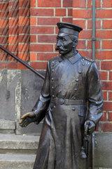 Berlin  Deutschland  die Skulptur vom Hauptmann von Koepenick am Rathaus