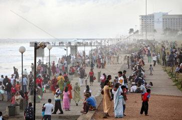 Colombo  Sri Lanka  die gefuellte Strandpromenade bei Daemmerung