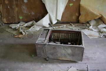 Gross Doelln  Deutschland  zerstoerter Fernseher in einer ehemaligen Kaserne