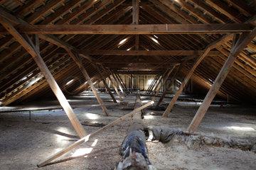 Gross Doelln  Deutschland  Dachstuhl in einem ehemaligen Kasernengebaeude
