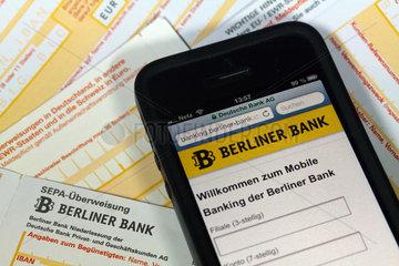 Berlin  Deutschland  SEPA-Ueberweisungsscheine und Mobile Bankingseite auf einem iPhone 5