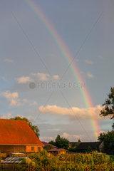 Diestelow  Deutschland  Regenbogen ueber Bauernhaeusern