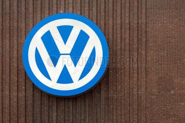 Wolfsburg  Deutschland  grosses Logo an der Aussenwand des VW Kraftwerks