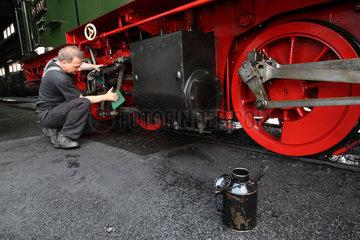 Wernigerode  Deutschland  ein Lokfuehrer bereitet eine Malletlok fuer die naechste Fahrt vor