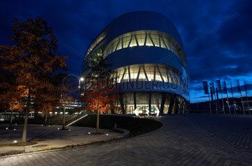 Stuttgart  Deutschland  das erleuchtete Mercedes-Benz Museum am Abend