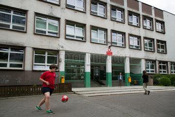 Breslau  Polen  Kinder spielen Fussball vor Schule