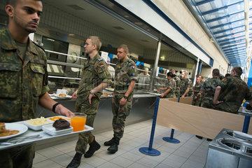 Muellheim  Deutschland  Soldaten in der Kantine der Robert-Schuhmann-Kaserne