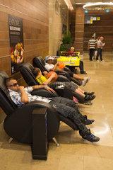 London  Grossbritannien  Jungen pausieren in Sesseln in der Shopping Mall WESTFIELD STRATFORD CITY