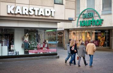 Trier  Deutschland  die Filialen von Karstadt und Kaufhof liegen in der Trierer Fussgaengerzone direkt nebeneinander