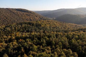 Lembach  Frankreich  Blick ueber die Landschaft bei der Burg Fleckenstein