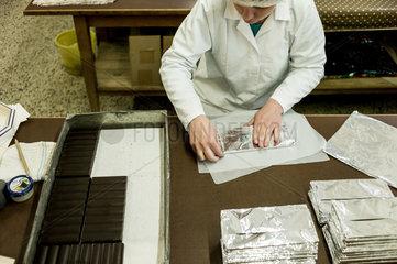 Berlin  Deutschland  Mitarbeiter der Erich Hamann Schokoladenmanufaktur in der Verpackungsabteilung
