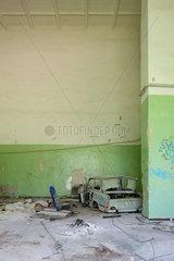 Gross Doelln  Deutschland  zerstoerter Trabant in der Kaserne des Flugplatz Templin