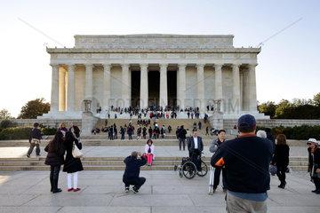 Washington  USA  Touristen am Lincoln Memorial an der National Mall